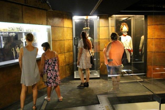 Turyści w muzeum